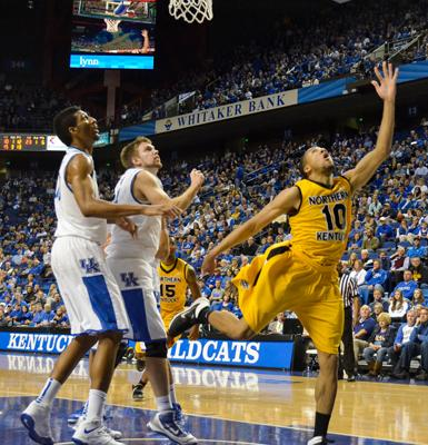 Sophomore+guard+Tyler+White+drives+the+ball+on+Wildcats+Jon+Hood+and+Marcus+Lee.+