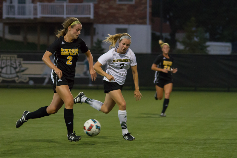Erin+Sutton+%282%29+dribbles+down+the+field+against+Milwaukee.+She+helped+replace+Jessica+Frey+on+offense+in+a+1-0+loss