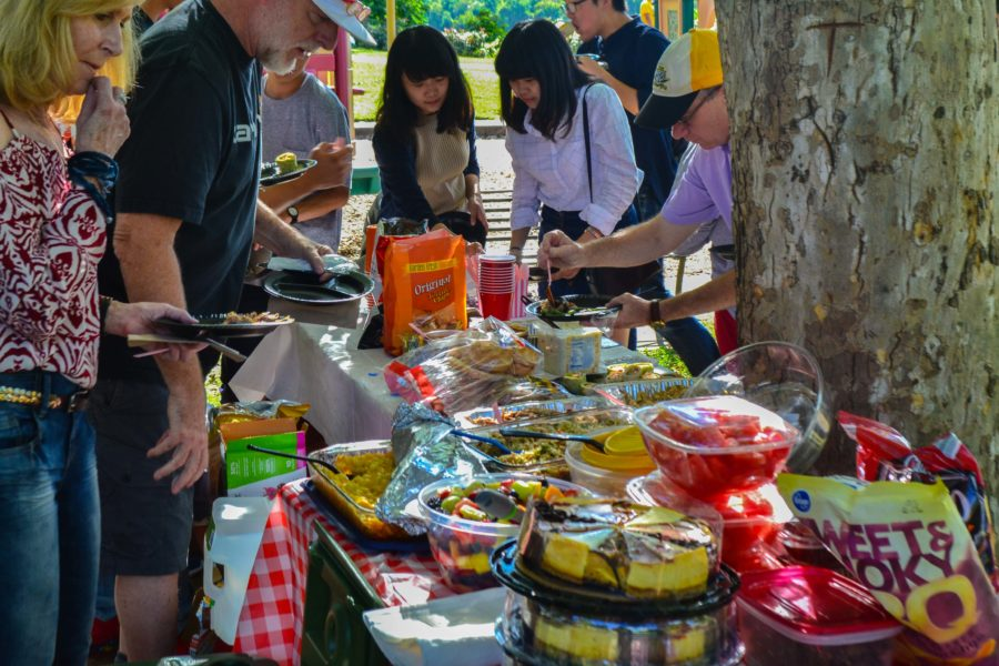 The students and host families enjoyed a variety of foods from both America and Japan, such as barbecue and green tea cupcakes. The picnic was held at Bellevue Beach Park.