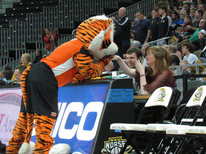 Who+Dey+flirts+with+a+lady+at+the+scorers+table+before+taking+the+court+in+the+mascot+game+at+halftime+of+the+NKU+vs.+Cleveland+State+game.+
