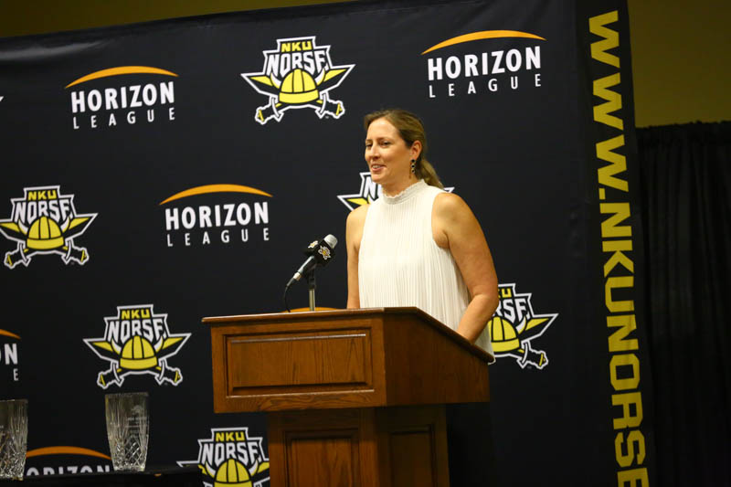 Former+NKU+women%27s+basketball+star+Linda+Honigford+gives+her+Hall+of+Fame+speech.