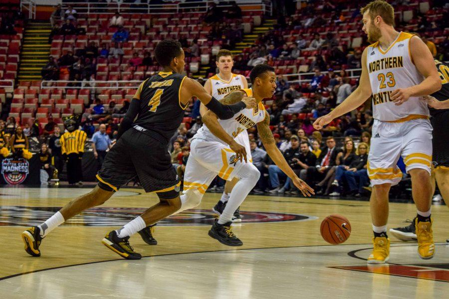 Lavone Holland II (30) goes around a defender during the Horizon League championship game against Milwaukee.