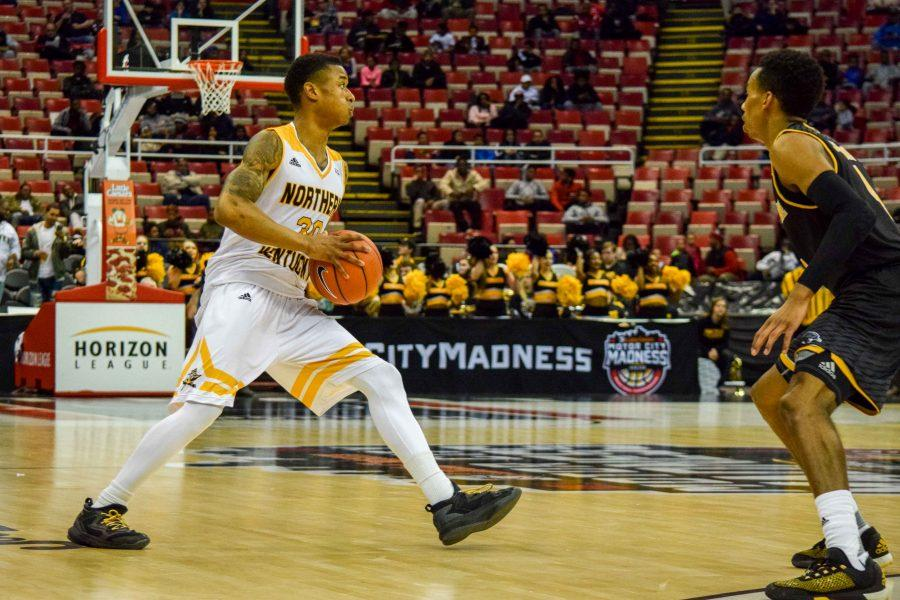 Lavone Holland II (30) looks to pass during the Horizon League championship game against Milwaukee.