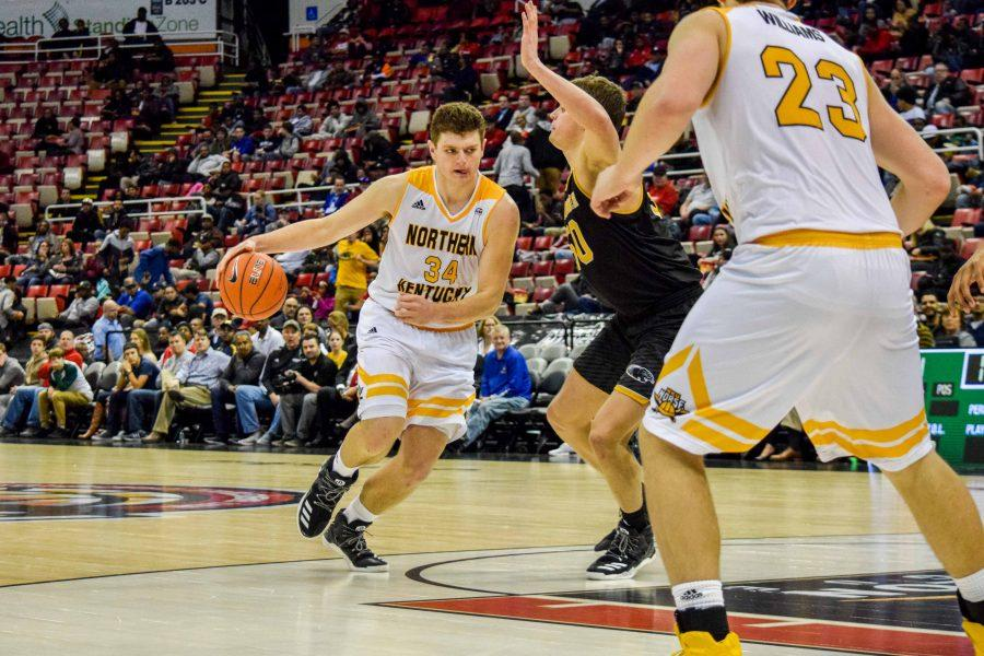 Drew McDonald (34) goes around a defender during the Horizon League championship game against Milwaukee.