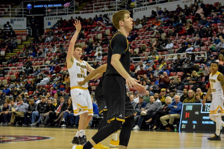 Drew McDonald (34) holds his finish during the Horizon League championship game against Milwaukee.