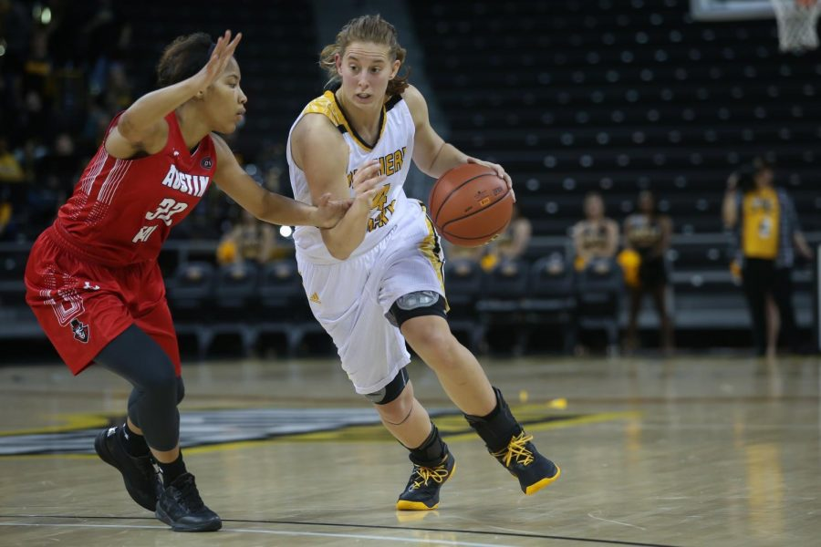 Molly+Glick+%2824%29+drives+toward+the+basket+in+the+game+against++Austin+Peay.
