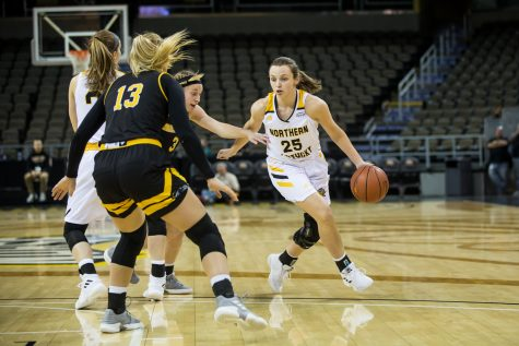 Ally Niece (25) drives toward the basket during the game against Milwaukee. Niece had 11 points and shot 4-of-9 on the night.