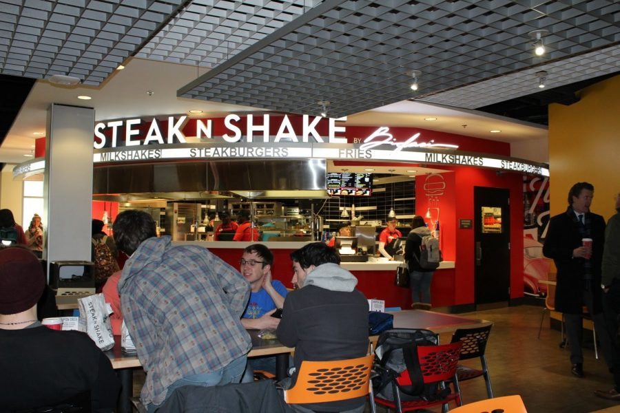 Students eat in front of Steak 'n Shake in the SU.