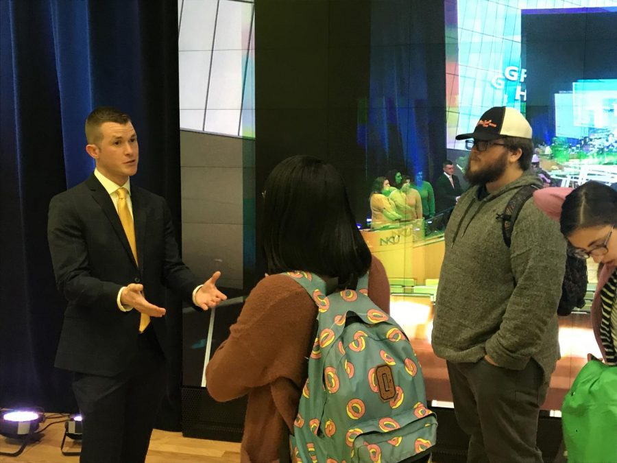 WLWT+Reporter+and+NKU+alumnus+Dan+Griffin+talks+with+electronic+media+and+broadcasting+students+in+Griffin+Hall%27s+Digitorium.