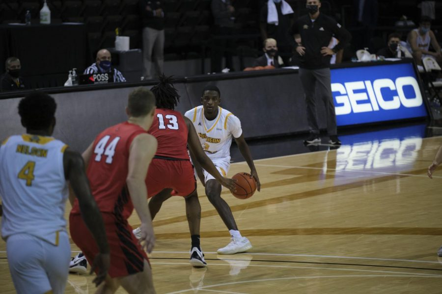 Marques Warrick dribbles the ball on the perimeter against Ball State.