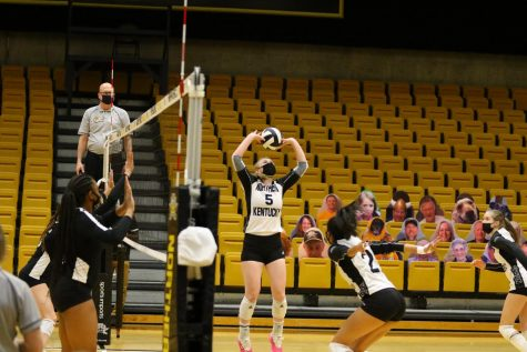 Miranda Wucherer (5) sets the ball during NKU