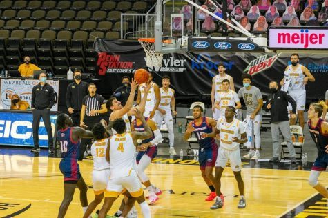 David Bӧhm tips the ball toward the basket, eventually scoring the game winner at the buzzer to lift the Norse over Detroit Mercy.